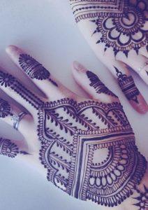 henna-dedos-mujer